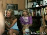 Tiener vriendinnen pijpen samen een jongen voor de eerste keer.