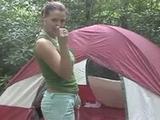 Op de camping mastubeerd de geile slet in een tent haar...