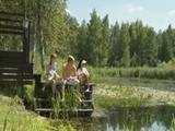 Een trio met twee tiener meisjes in de vrije natuur