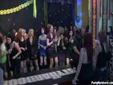 Pijpende meiden in de sex club