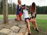 Hier geniet de lesbi van misbruikt worden door twee gei...
