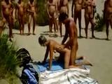 Frans koppel neukt zich suf op het strand van Cap D'Agd...