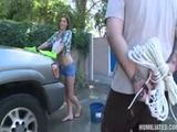 Hij bind haar vast en pijnigt haar grote tieten