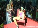 XXX modellen testen dildos live on stage