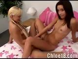 Twee lesbische meisjes vingeren elkaars kale kutje