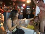 Tijdens de striptease word een mannelijke stripper gepi...