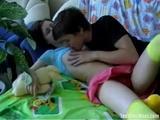 Hij zuigt haar tepeltjes laat zich pijpen en neukt haar...