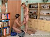 Het vriendje beft zijn verlegen vriendinnetje  terwijl ...
