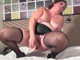 Geile huisvrouw in sexy lingerie masturbeert met een se...