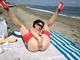 Haar eigen kut met vuist neuken op het strand
