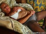De geile oma speelt met de hard tepels en masturbeert h...
