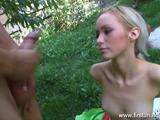 Lekker blondje in de tuin anaal genomen