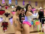 Borsten voelen en geneukt worden in de sex winkel