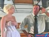 Aanstaand bruidje krijgt haar mond vol sperma